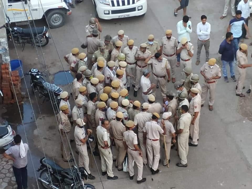 बाजार में भारी संख्या में पुलिस की तैनाती कर दी गई है।
