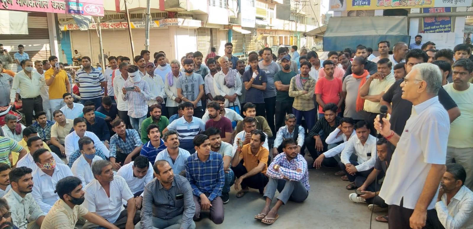 एक पक्ष के लोग तमिलनाडू से आए युवकों की गतिविधियां संदिग्ध बता रहे हैं।