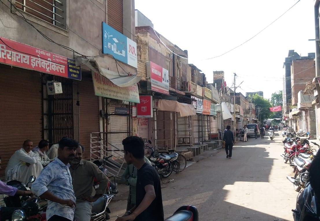 कस्बे के बाजार सुबह 10 बजे से ही बंद कर दिए गए।