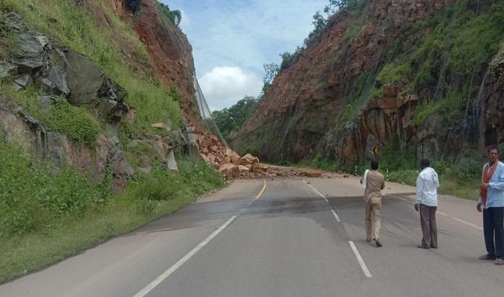 प्रशासन व पुलिस टीम पास के पुराने रास्ते को खोलने की कोशिश कर रही है।