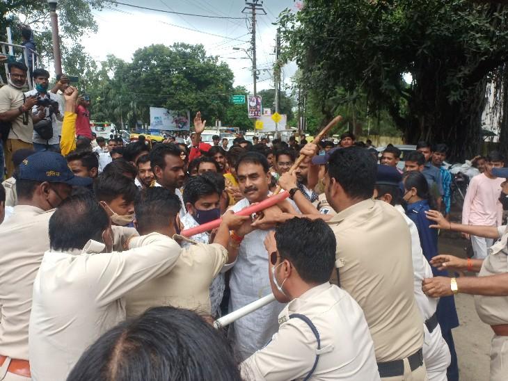 प्रदर्शन के दौरान पुलिस और कार्यकर्ताओं के बीच हुई धक्का-मुक्की। - Dainik Bhaskar