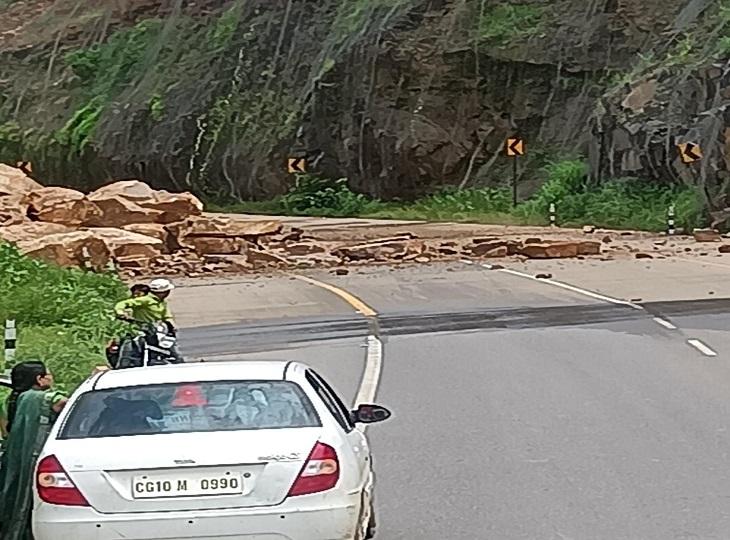 पहाड़ी काटकर नई बनाई गई चारामा घाट की सड़क पर चट्टान गिरने से बड़ा हादसा टला, सड़क बंद; आवाजाही के लिए पुराना मार्ग खोला|जगदलपुर,Jagdalpur - Dainik Bhaskar