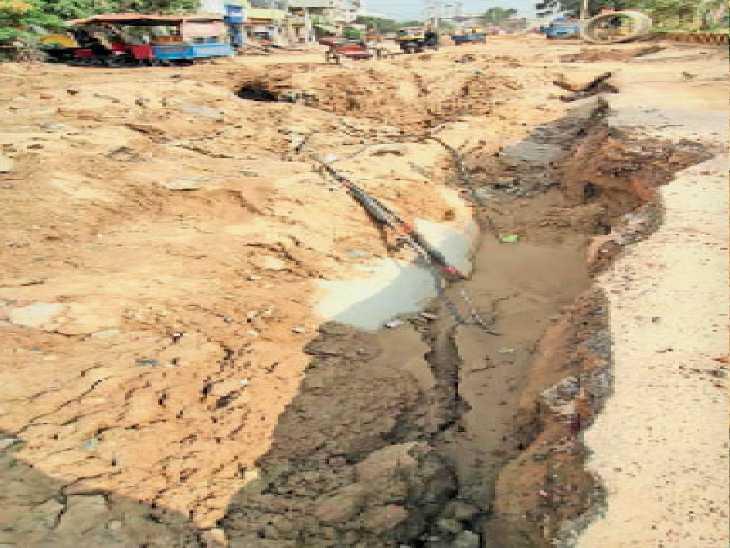 डीएवी कॉलेज फ्लाईओवर के सामने पहले पानी की लाइन डालने के लिए सड़क में खुदाई की गई थी और इन दिनों सीवरेज लाइन डालने के लिए खुदाई चल रही है। - Dainik Bhaskar