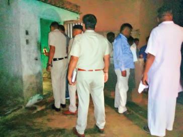 कैरू में घर पर डेड बॉडी मिलने के मामले की जांच करती पुलिस। - Dainik Bhaskar