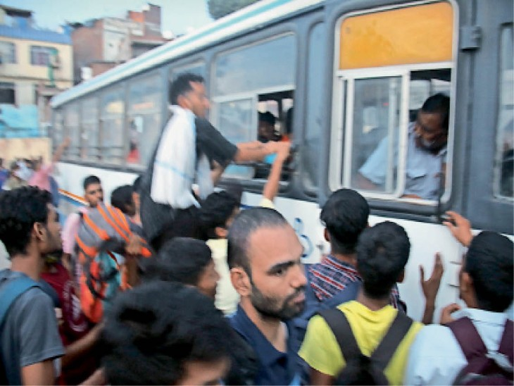 एसआई भर्ती परीक्षा के अभ्यर्थियों को सोमवार को भी घर लौटने में खासी परेशानी हुई। हालत ये हो गई कि 123 बसें भी कम पड़ गईं। - Dainik Bhaskar