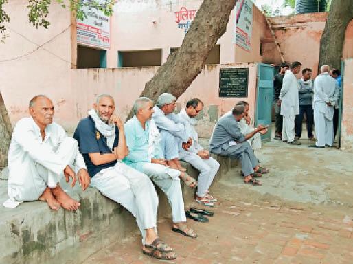 सिविल अस्पताल स्थित पुलिस चौकी के सामने बैठे मृतक भूपेश के परिजन व ग्रामीण। - Dainik Bhaskar