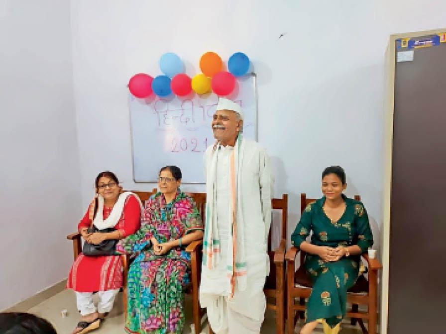 हिंदी दिवस पर गोष्ठी को संबोधित करते प्रो. बलिराज ठाकुर। - Dainik Bhaskar