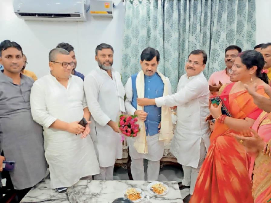 उद्योग मंत्री शाहनवाज हुसैन को सम्मानित करते वरीय भाजपा नेता। - Dainik Bhaskar