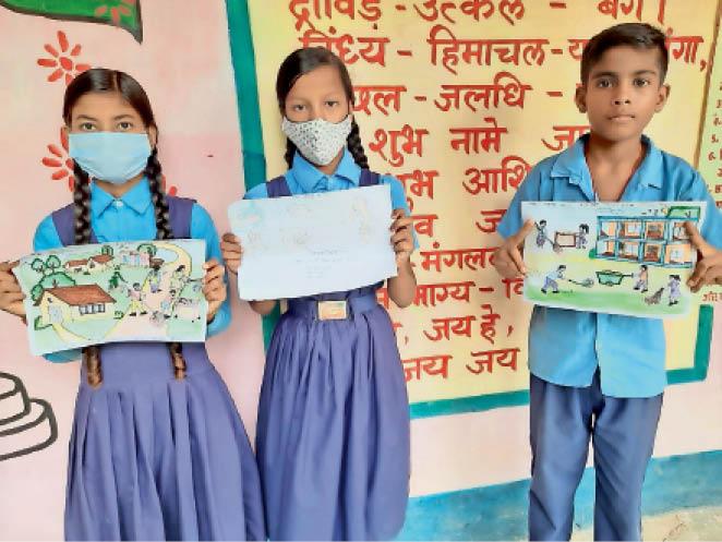 पेंटिंग्स दिखाते छात्र- छात्राएं। - Dainik Bhaskar