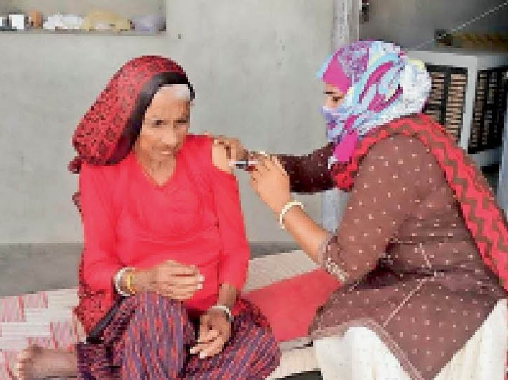 मंगलवार को 1038 सेंटरों पर टीकाकरण के मेगा कैंप में जिले में 1.18 लाख से ज्यादा टीके लगाए है। - Dainik Bhaskar