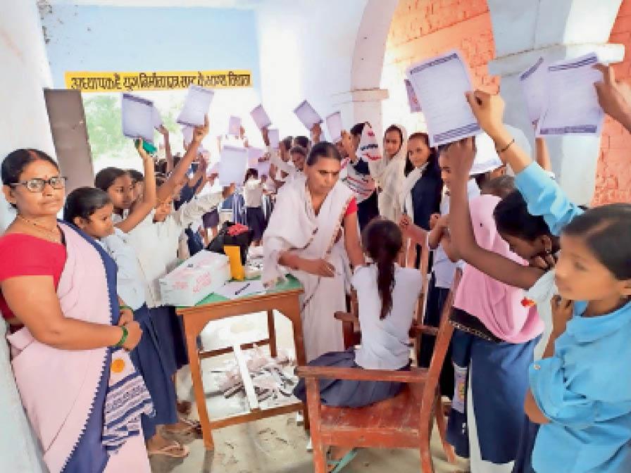 हसनपुर बागर के विभिन्न स्कूलाें में 2332 बच्चों को लगाया जेई का टीका|साहेबपुरकमाल,Sahebpurkamal - Dainik Bhaskar