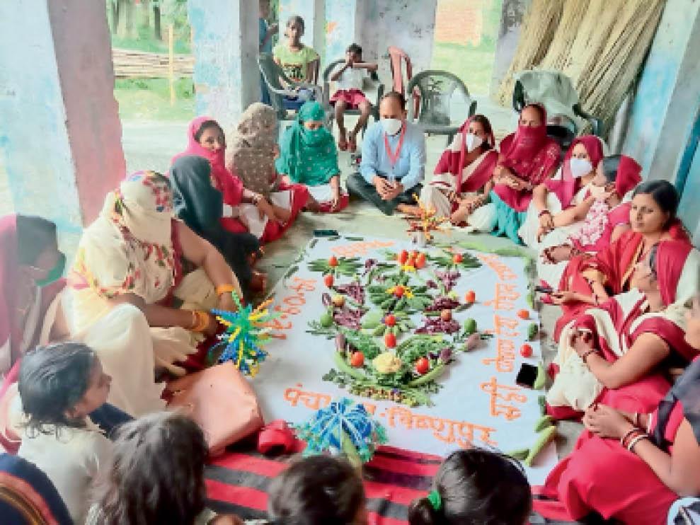 विष्णुपुर में आयोजित पोषण मेला में मौजूद आंगनबाड़ी सेविका व अन्य - Dainik Bhaskar