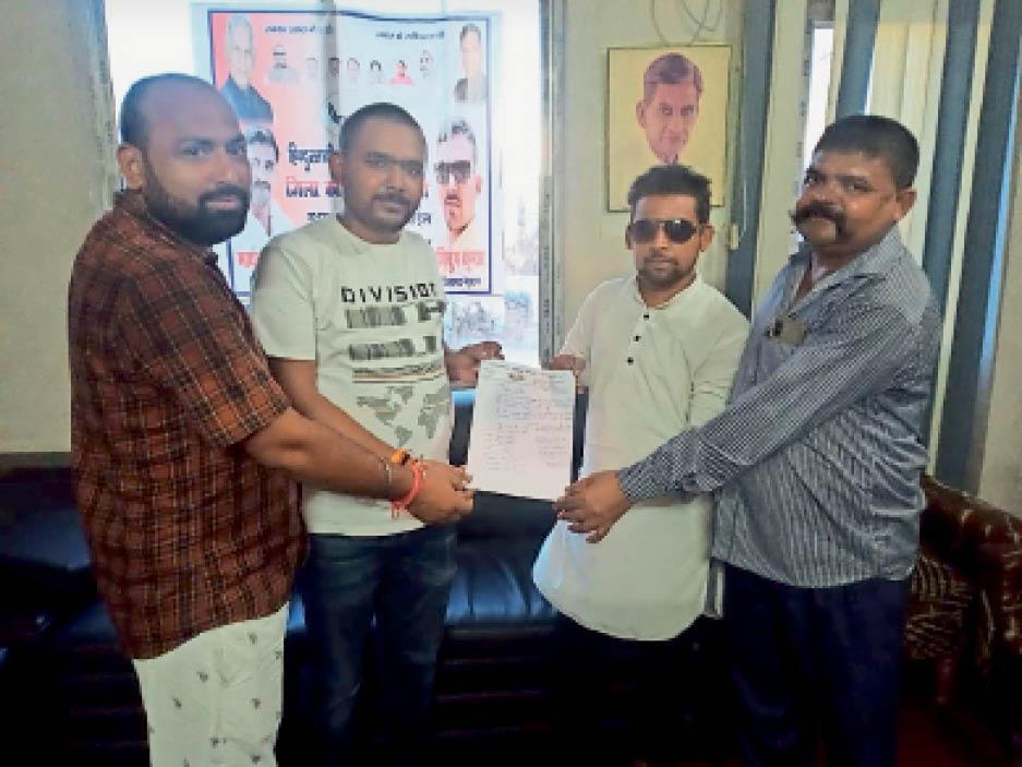 जिला कार्यालय में हम पार्टी जिला अध्यक्ष नए कार्यकर्त्ताओं को पत्र देते हुए। - Dainik Bhaskar