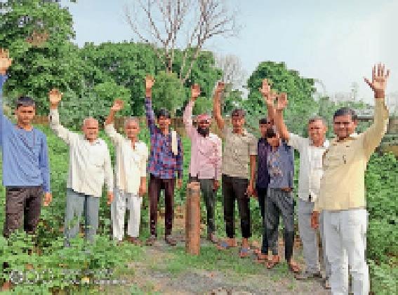 रुदावल. गांव अंधियारी में प्रदर्शन करते ग्रामीण। - Dainik Bhaskar