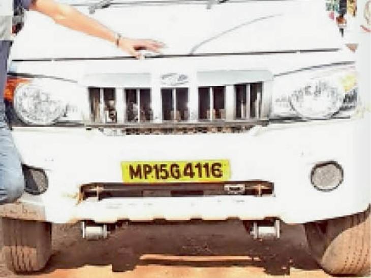 दमोह। चोरी हुई गाड़ी। इनसेट : आरोपी का एक पुलिस कर्मी के साथ। - Dainik Bhaskar