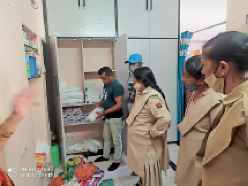 डूंगरपुर। घर की अलमारी से पोलीथिन केरीबैग्स जब्त करते परिषद टीम। - Dainik Bhaskar