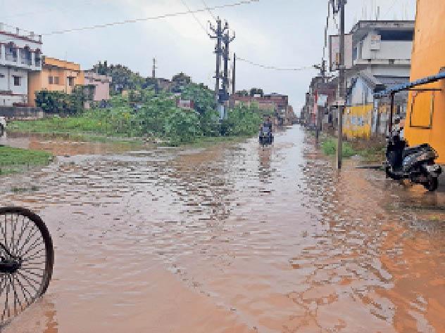 डीएसपी रोड में जलजमाव का आलम। - Dainik Bhaskar