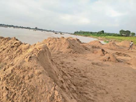 हरदा। नर्मदा किनारे अब भी इस तरह लगे है अवैध रेत के ढेर। - Dainik Bhaskar