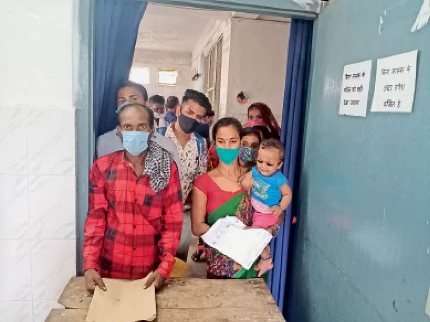 सदर अस्पताल के ओपीडी में बच्चों को लेकर इलाज करवाने पहुंचे परिजन। - Dainik Bhaskar