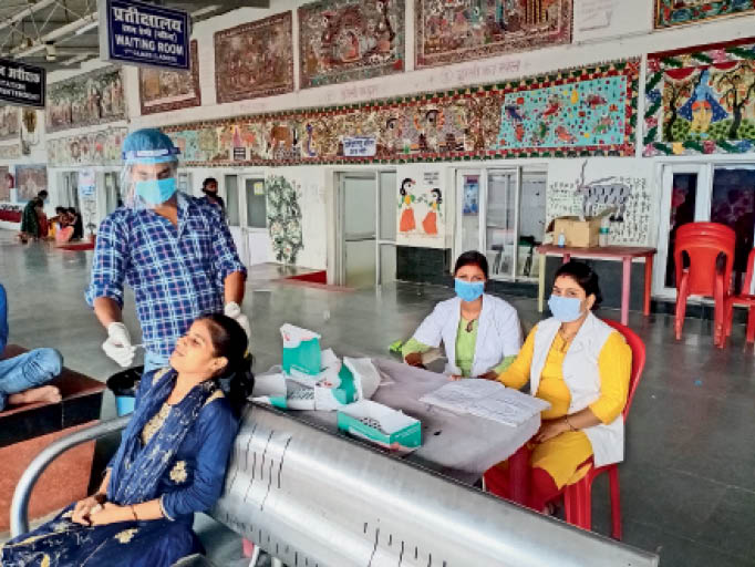 कोविड-19 की जांच करते स्वास्थ्यकर्मी। - Dainik Bhaskar