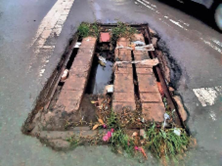 सूखी सड़कों पर दिख जाते हैं गड्ढे लेकिन बारिश में ऐसे लबालब कि कारें आधी डूब जाएं रायपुर,Raipur - Dainik Bhaskar