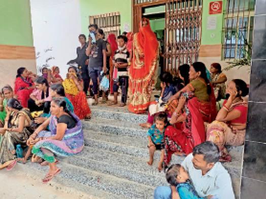सदर अस्पताल की एमसीएच बिल्डिंग मे गेट पर बच्चे के साथ बैठे अभिभावक। - Dainik Bhaskar