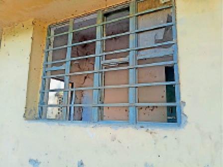 प्राथमिक उप स्वास्थ्य केंद्र की टूटी खिड़की। - Dainik Bhaskar