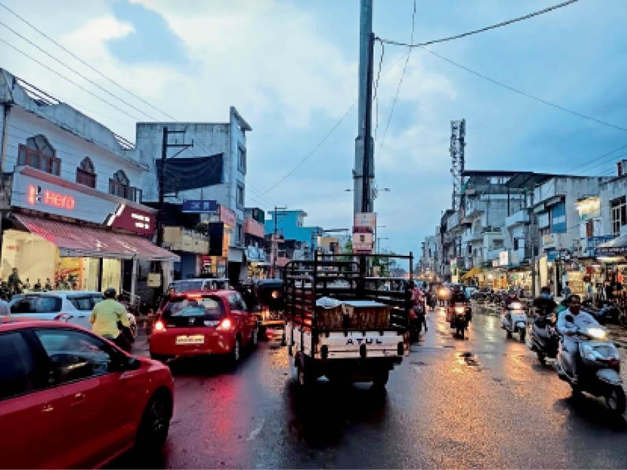 कस्तूरबा नगर से सैलाना बस स्टैंड की तरफ जाने वाले वाहन सज्जन मिल गेट के सामने से मोड़ रहे हैं। फोर व्हीलर मोड़ने के दौरान जाम लग रहा है। - Dainik Bhaskar