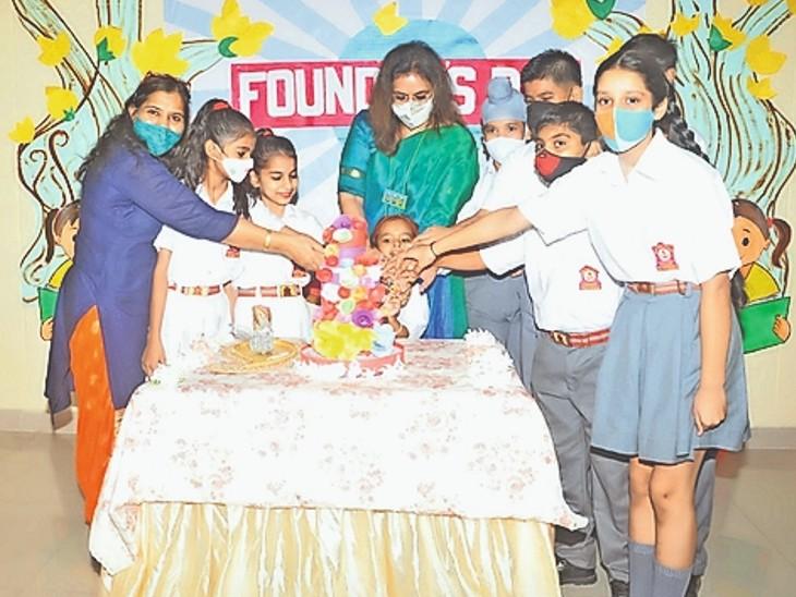 आर्मी पब्लिक स्कूल में हिंदी दिवस के माैके पर विद्यार्थियाें के साथ केक काटते हुए स्कूल प्रिंसिपल - Dainik Bhaskar