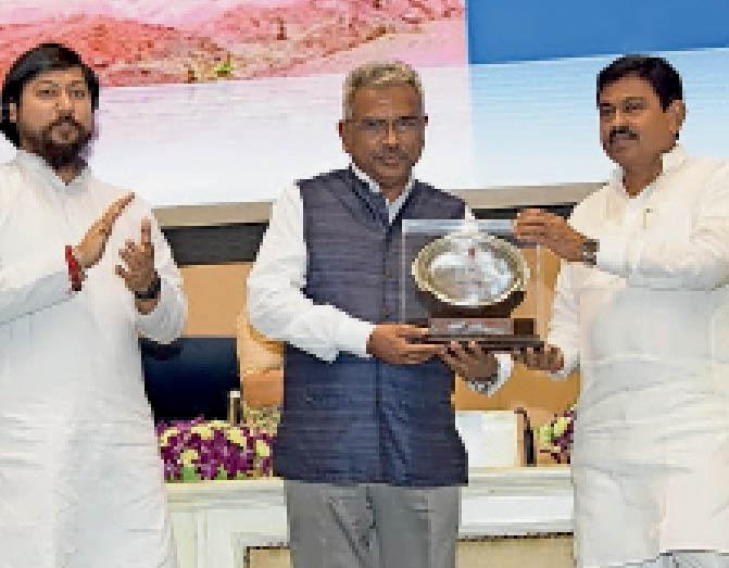 नई दिल्ली में एनएमडीसी के अफसर को दिया गया पुरस्कार। - Dainik Bhaskar