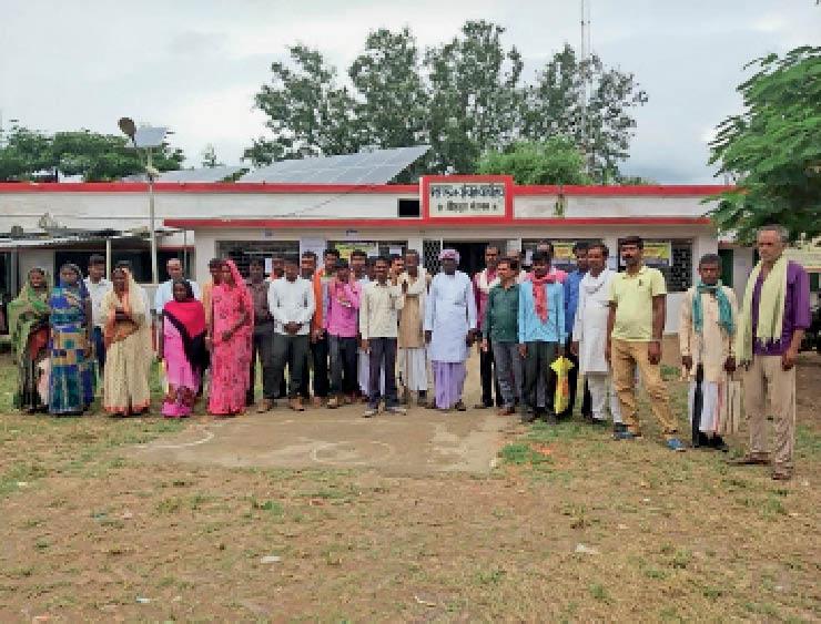 प्रखण्ड कार्यालय पहुंच कर पिपरडीह पंचायत के उम्मीदवारों ने एकजुटता दिखा विरोध जताया। - Dainik Bhaskar