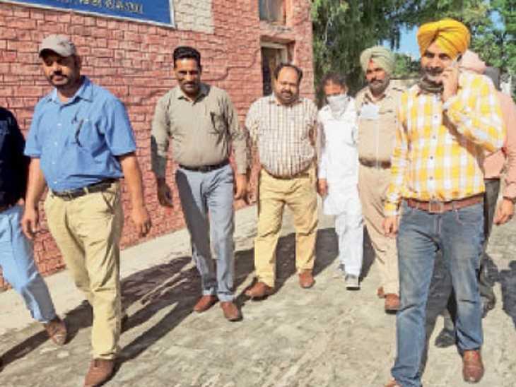 आरोपी को गिरफ्तार कर पेश करने को ले जाती विजिलेंस टीम। - Dainik Bhaskar