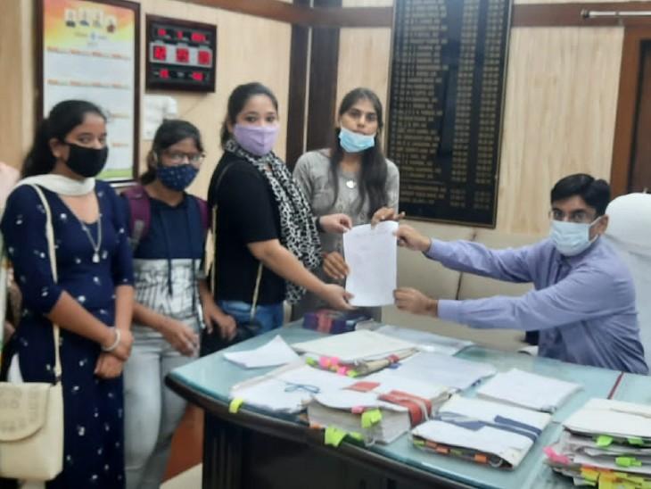 कुरुक्षेत्र | एबीवीपी की सदस्य छात्रा सुरक्षा की मांग को लेकर उपायुक्त को ज्ञापन सौंपते हुए। - Dainik Bhaskar