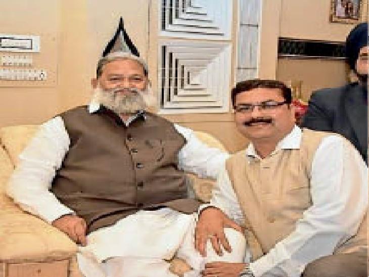 मंत्री विज के साथ आशीष अग्रवाल। (पुराना फोटो) - Dainik Bhaskar