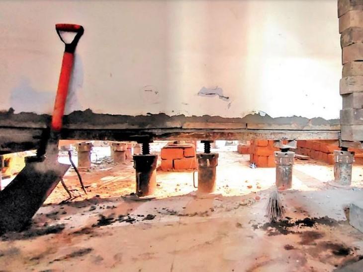 शहर में पहली बार कोलार रोड की राजहर्ष कॉलोनी में नाले के किनारे बने एक मकान को जैक लगाकर 3 फीट ऊपर उठाया जा रहा है। - Dainik Bhaskar