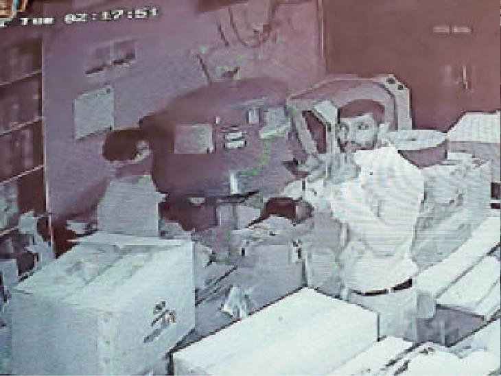 कैंट के पल्लेदार मोहल्ले में पेंट की दुकान में चोरी के दौरान सीसीटीवी में कैद चोर। - Dainik Bhaskar