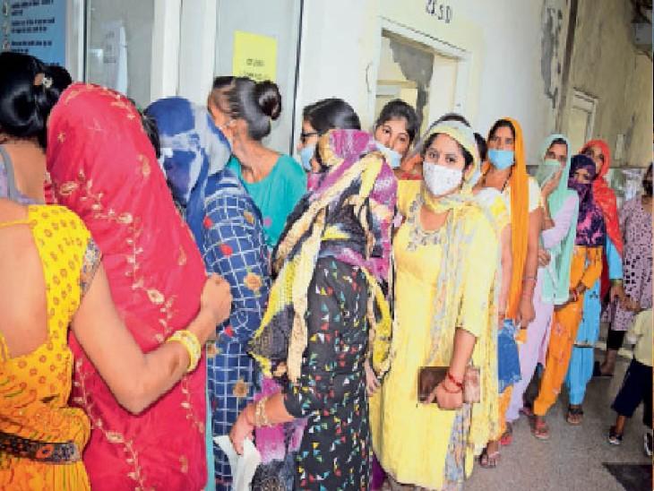 पानीपत. सिविल अस्पताल में वैक्सीन लगवाने के लिए लगी लाेगाें की भीड़। - Dainik Bhaskar
