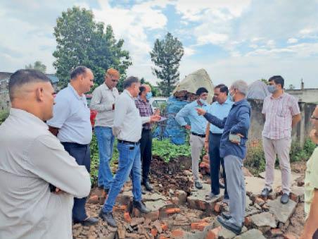 पानीपत. पावर हाउस लगाने के लिए निरीक्षण करते बिजली अधिकारी। - Dainik Bhaskar