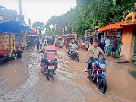 शहर के स्टेशन रोड में जमा बारिश का पानी। - Dainik Bhaskar