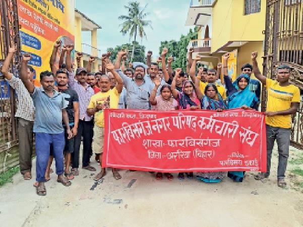 हड़ताल खत्म कर काम लौटने के दौरान नप कर्मी। - Dainik Bhaskar