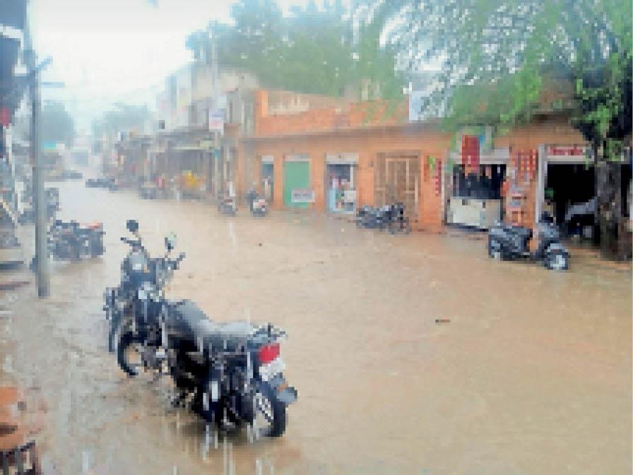 बारिश के बाद बस स्टैंड पर जमा पानी। - Dainik Bhaskar