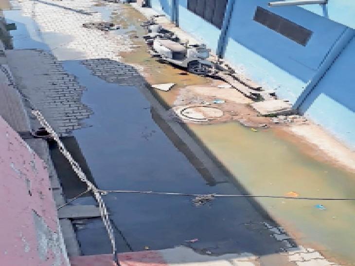 प्रेम नगर इलाके की एक गली में ओवरफ्लो सीवर से हुआ जलभराव। - Dainik Bhaskar