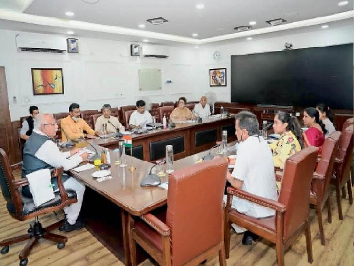 चंडीगढ़ में प्रदेश के नगर निगम के सभी मेयर के साथ मीटिंग करते सीएम मनोहर लाल। - Dainik Bhaskar