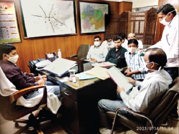 अंबेडकर चाैक स्थित नगर निगम कार्यालय में अधिकारियों की बैठक लेते ज्वाइंट कमिश्नर सुरेश कुमार। - Dainik Bhaskar