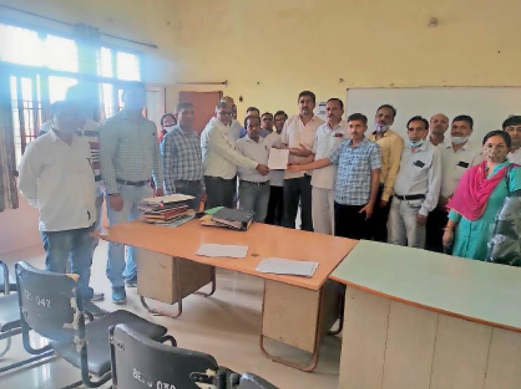 बीईओ कलानौर को ज्ञापन सौंपता शिक्षकों का प्रतिनिधिमंडल। - Dainik Bhaskar