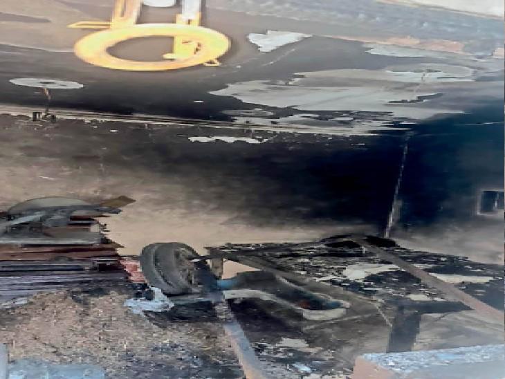 भिवानी चुंगी के पास दुकान में आग लगने के बाद जला पड़ा सामान। - Dainik Bhaskar