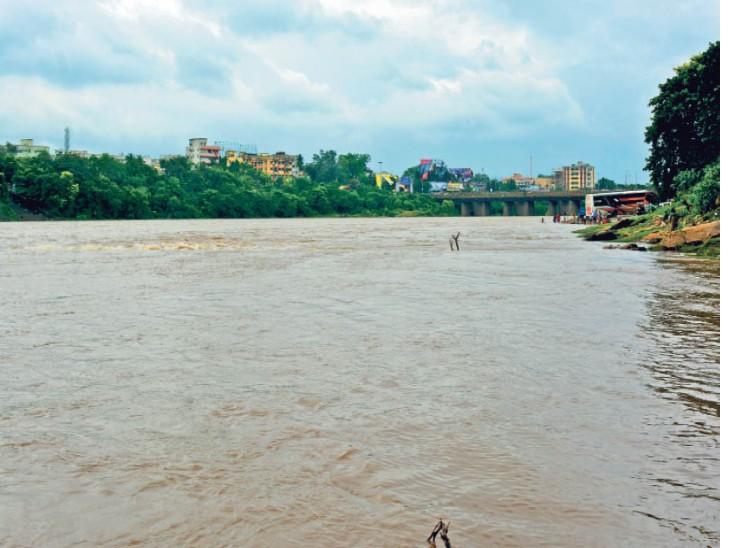 24 घंटे में सबसे अधिक बारिश 89.7 मिमी हजारीबाग में हुई। उसके बाद धनबाद में 80 मिमी और कोडरमा 71 मिमी दर्ज की गई। जमशेदपुर में 23 मिमी बारिश हुई। - Dainik Bhaskar