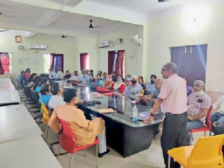 संगोष्ठी को लेकर बैठक करते कॉलेज कर्मी। - Dainik Bhaskar