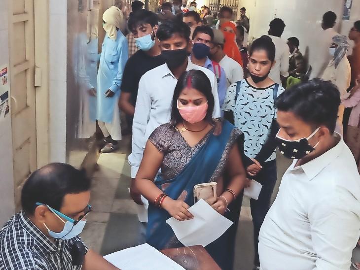 जयारोग्य चिकित्सालय की ओपीडी में कतार में खड़े मरीज। - Dainik Bhaskar