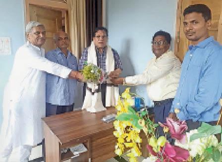कुलपति का स्वागत करते स्नातकोत्तर हिन्दी विभाग के सदस्य। - Dainik Bhaskar